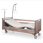Łóżko rehabilitacyjne elektryczne A-6-3S/T w obudowie drewnianej z wyposażeniem przeznaczone do opieki długoterminowej nad pacjentem